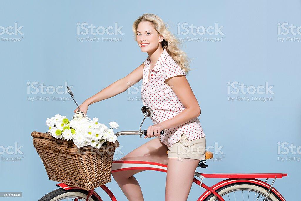Женщина на велосипед стоковое фото