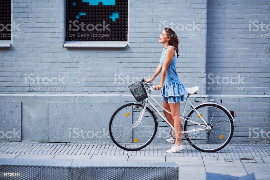 Woman on bike trip in the city during summer стоковое фото