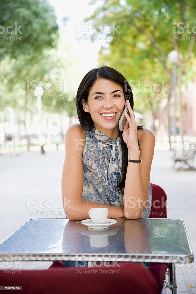 여자 on 휴대폰 카페에서 royalty-free 스톡 사진