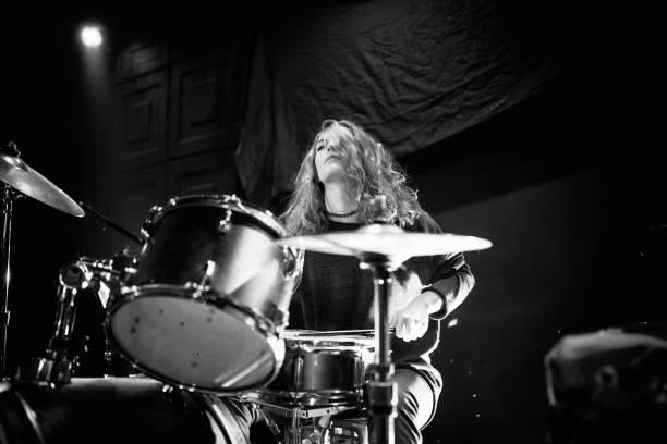 Mulher em tambores - foto de acervo
