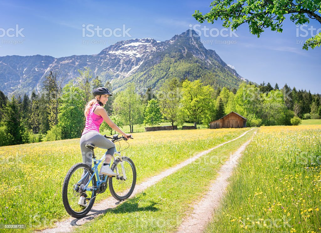 Mujer en E-Bike Mountainbike en la naturaleza - foto de stock