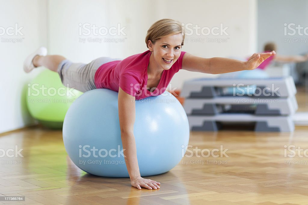 Woman on fitness ball - Royalty-free Active Lifestyle Stock Photo