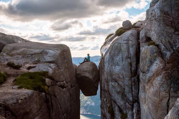 Mujer en viaje Kjeragbolten en Noruega - foto de stock