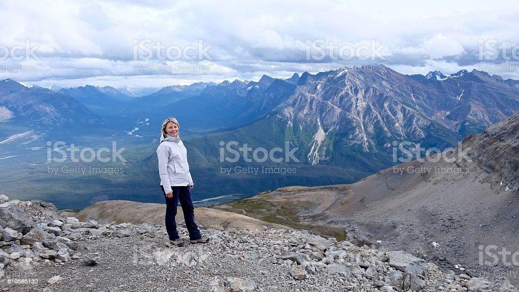 Woman on mountain top. – Foto