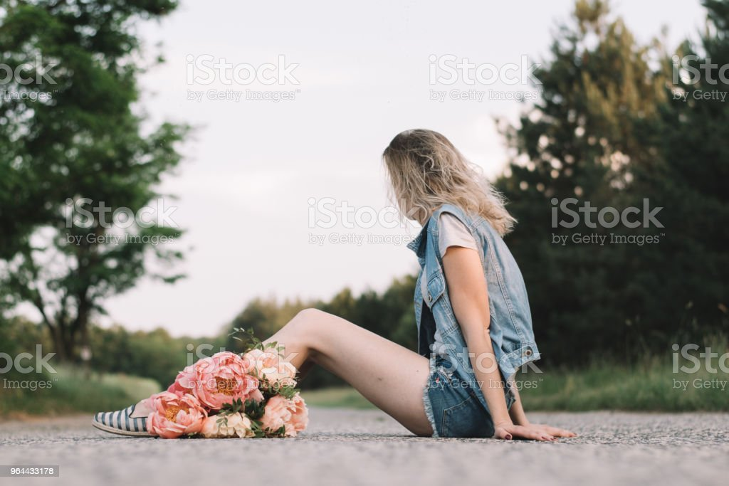 Mulher na estrada com flores de peônia - Foto de stock de Adulto royalty-free