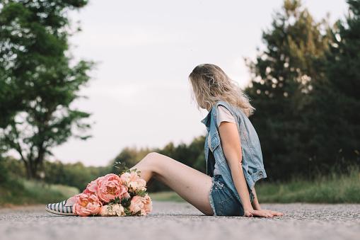 Foto de Mulher Na Estrada Com Flores De Peônia e mais fotos de stock de Adulto