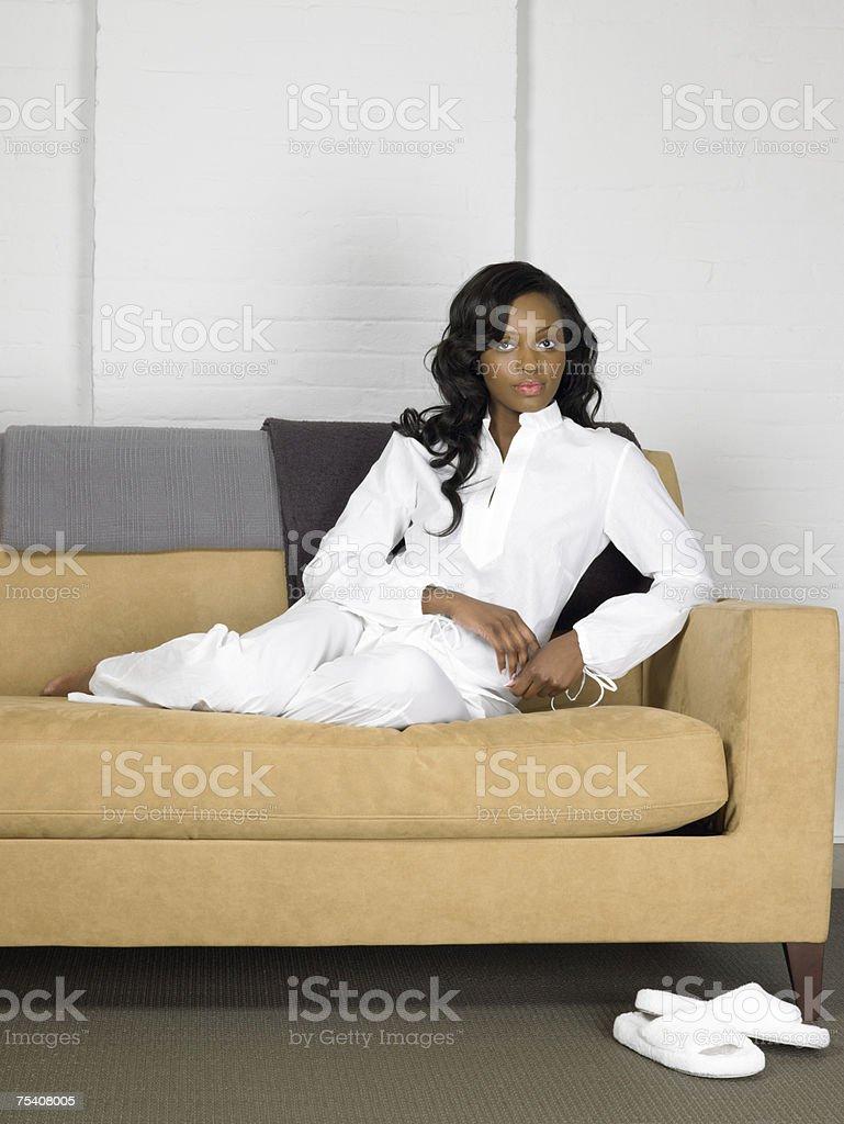 Mulher no sofá foto de stock royalty-free