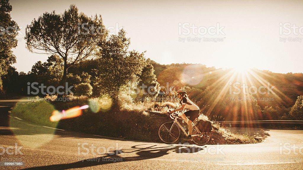 Woman on solo bicycle road trip - foto de stock