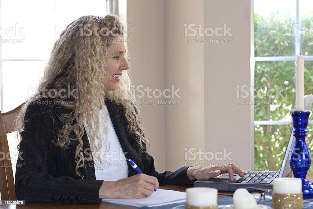 Mujer en la mesa con capacidad para una computadora portátil - foto de stock