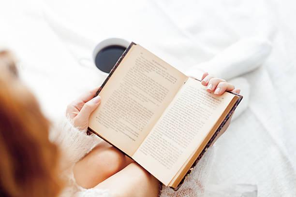 Frau auf dem Bett – Foto