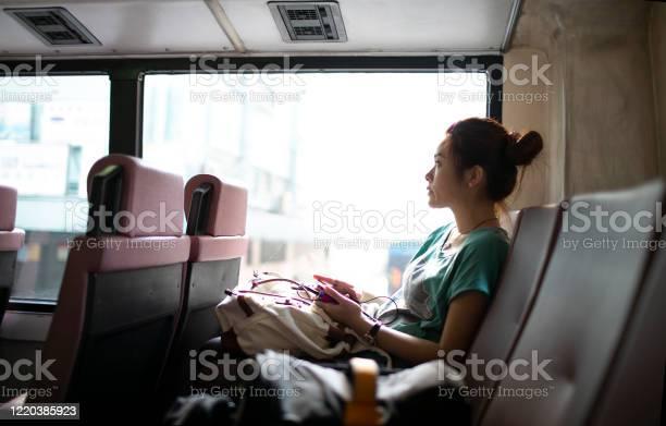 在香港公共汽車上的女人透過窗戶看 照片檔及更多 一個人 照片