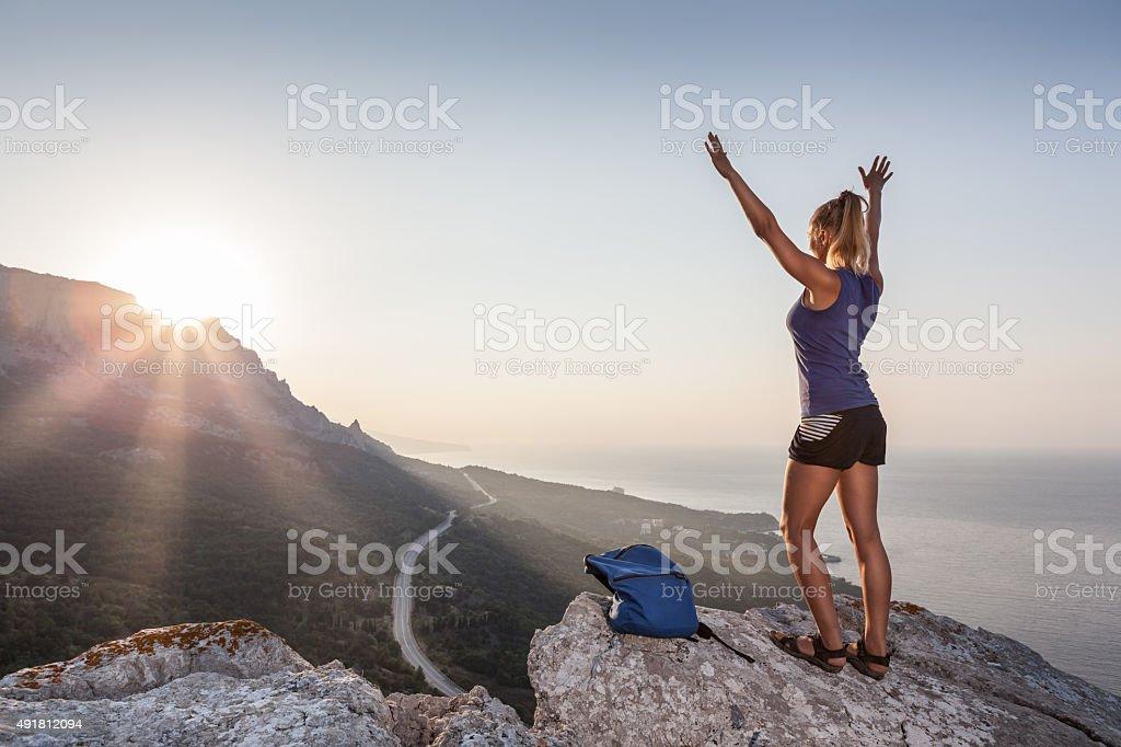 Frau auf dem Berg bei Sonnenaufgang – Foto