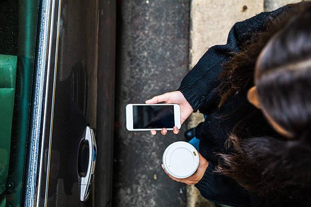 mujer en movimiento para uso compartido del coche - uso compartido del coche fotografías e imágenes de stock