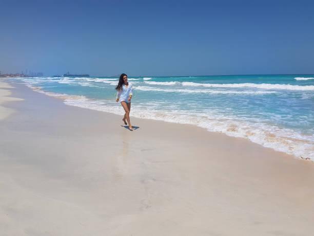 Femme sur la côte de l'océan. - Photo