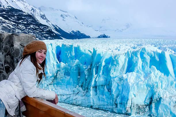 mulher na geleira perito moreno, na patagônia, argentina - belas mulheres argentina - fotografias e filmes do acervo
