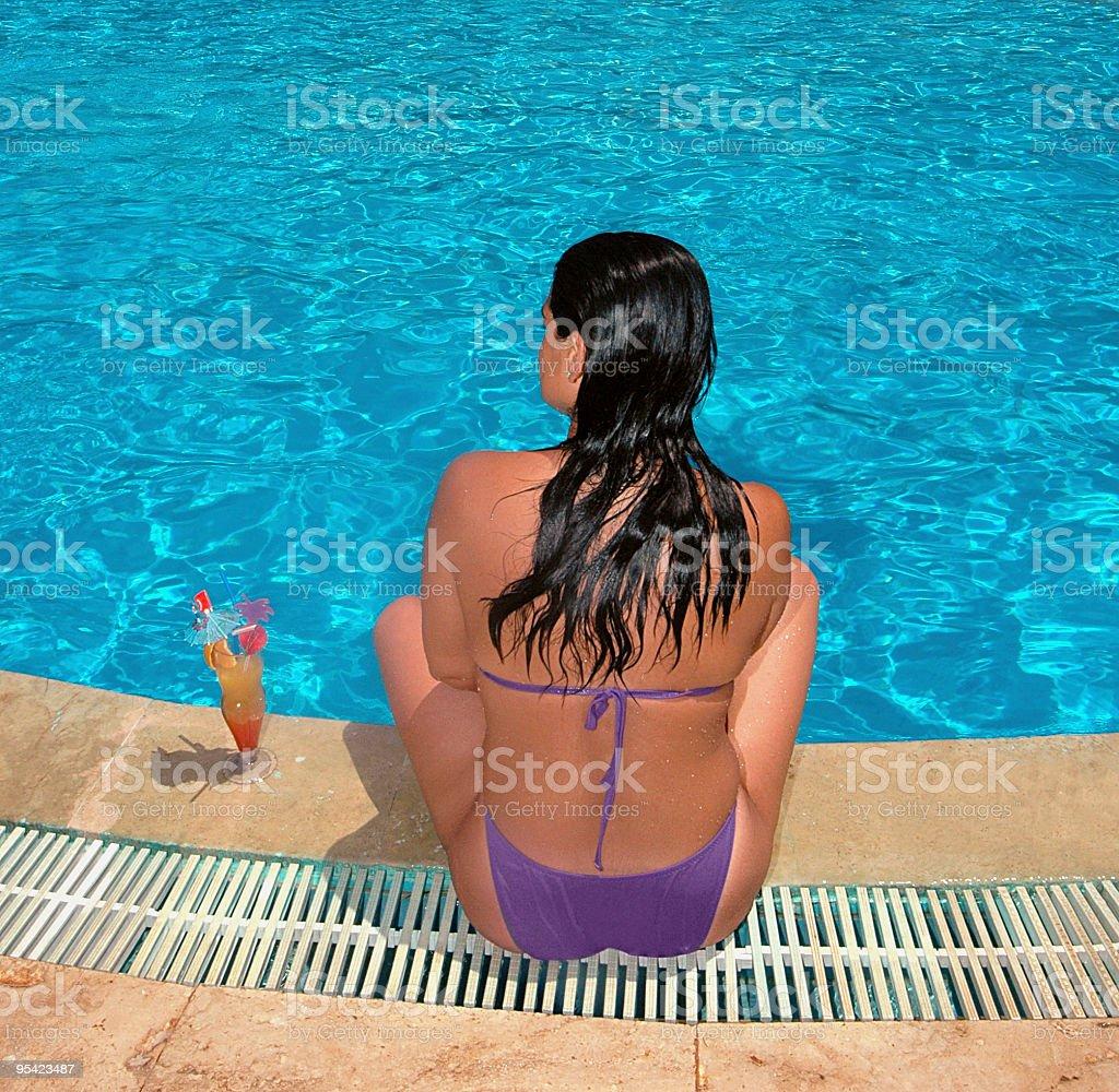 Frau am Pool Lizenzfreies stock-foto