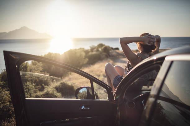 kadın yolculuğa - araba yolculuğu stok fotoğraflar ve resimler
