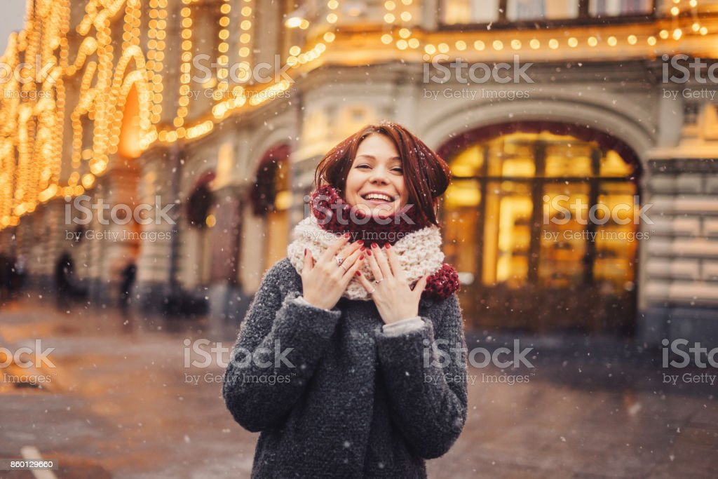 Frau auf der Straße für Weihnachten dekoriert – Foto