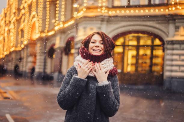 大街上的女人為耶誕節裝飾 - 冬天大衣 個照片及圖片檔