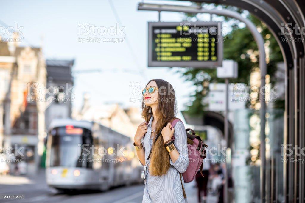 Mujer en la estación de tranvía foto de stock libre de derechos