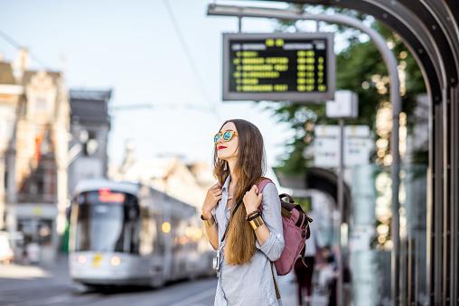 Mujer En La Estación De Tranvía Foto de stock y más banco de imágenes de 20 a 29 años