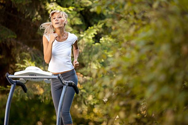 Frau auf dem Laufband – Foto