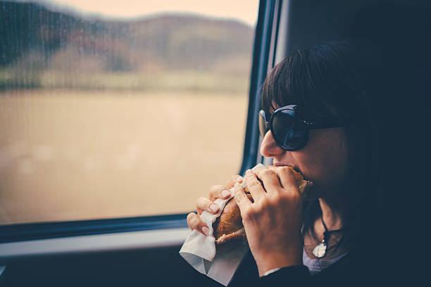 Frau auf dem Essen ein Sandwich. – Foto