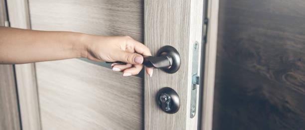 Frau öffnet Tür – Foto