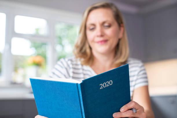 Frau Eröffnung Neujahr 2020 Tagebuch auf dem Tisch zu Hause – Foto
