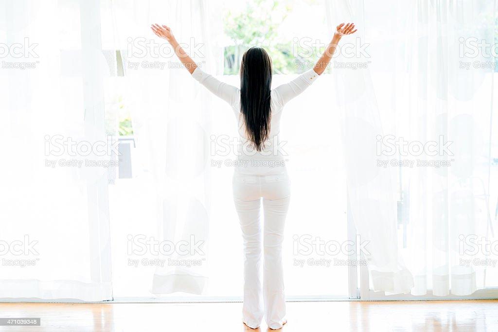 Femme ouvrir les fenêtres à la maison - Photo