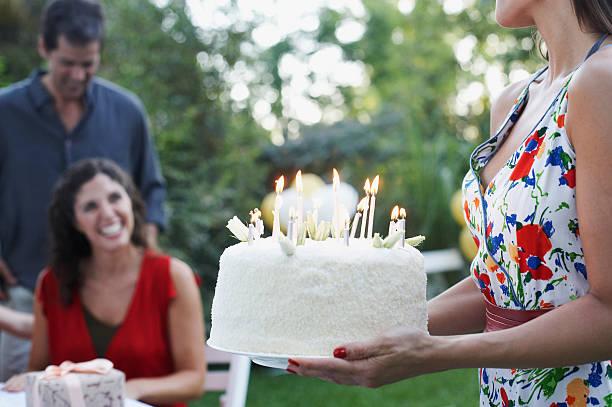 kobieta na zewnątrz nosić na tort urodzinowy z uśmiechnięta para - 30 te urodziny zdjęcia i obrazy z banku zdjęć