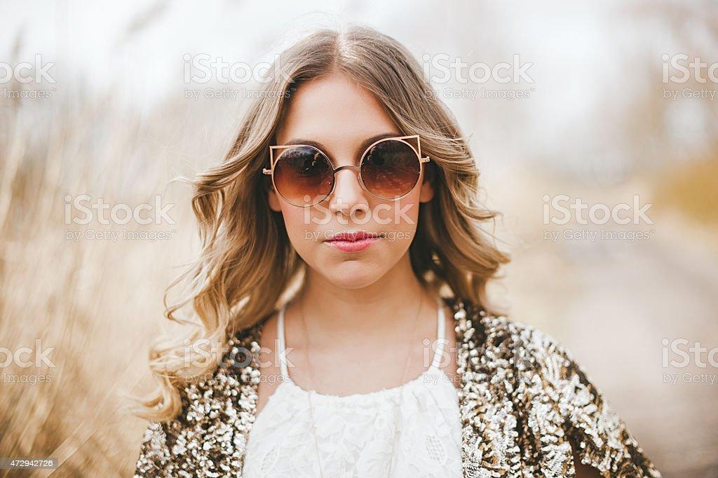 Frau im Freien im Frühling Natur mit modische Sonnenbrille – Foto