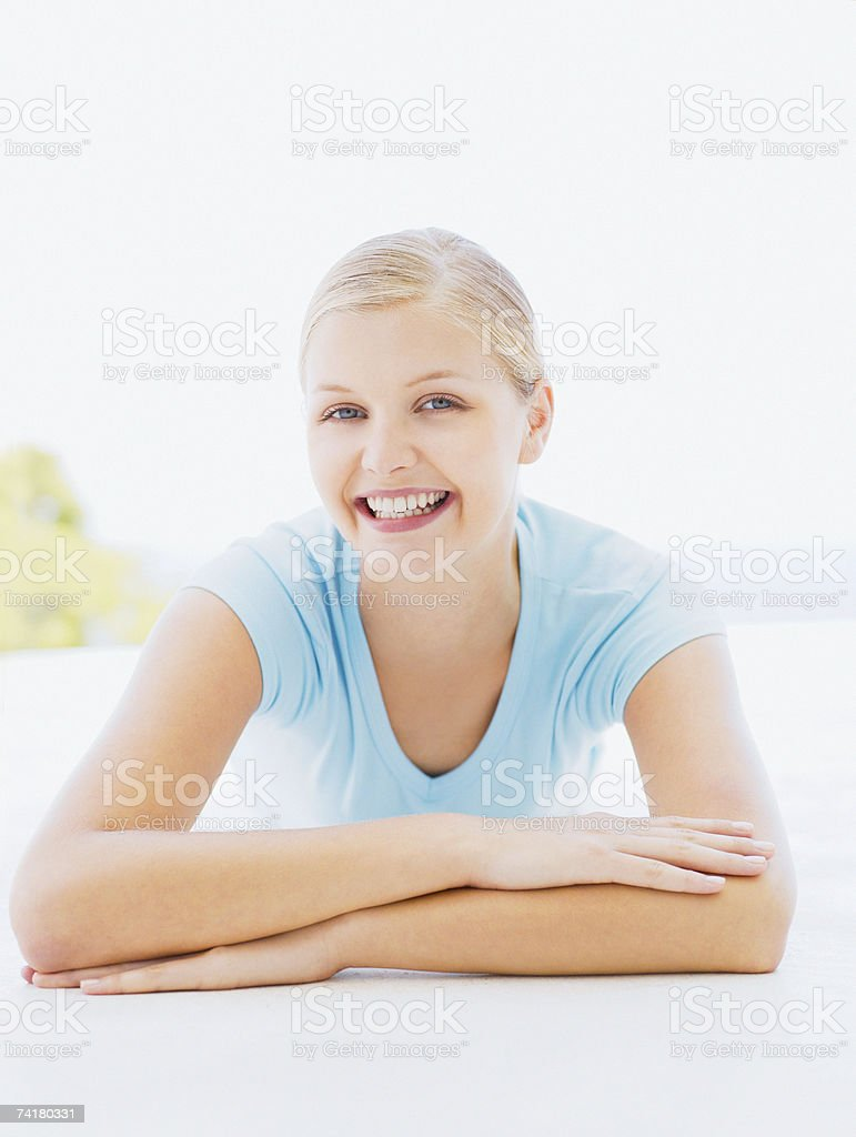 Mulher ao ar livre a sorrir foto de stock royalty-free