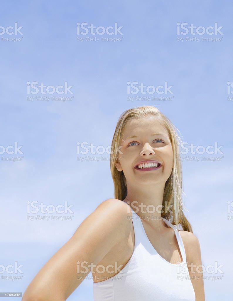 Mulher ao ar livre com céu azul foto de stock royalty-free