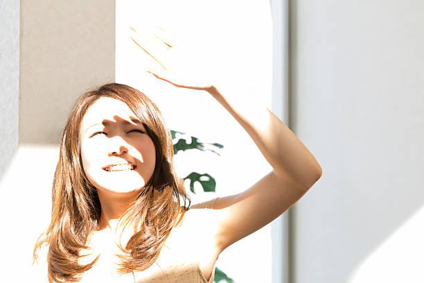 女性の外 - 太陽の光 ストックフォトと画像