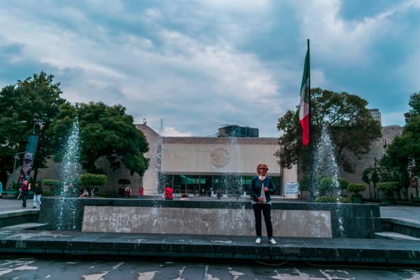 frau vor dem nationalen museum der anthropologie in mexiko - große waffen stock-fotos und bilder