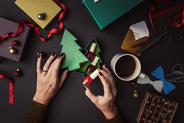 여자 포장 현대적인 크리스마스 선물 - 매니큐어 화장품 뉴스 사진 이미지