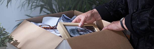 donna imballaggio marito è morto di fotografie - uomo nostalgia foto e immagini stock