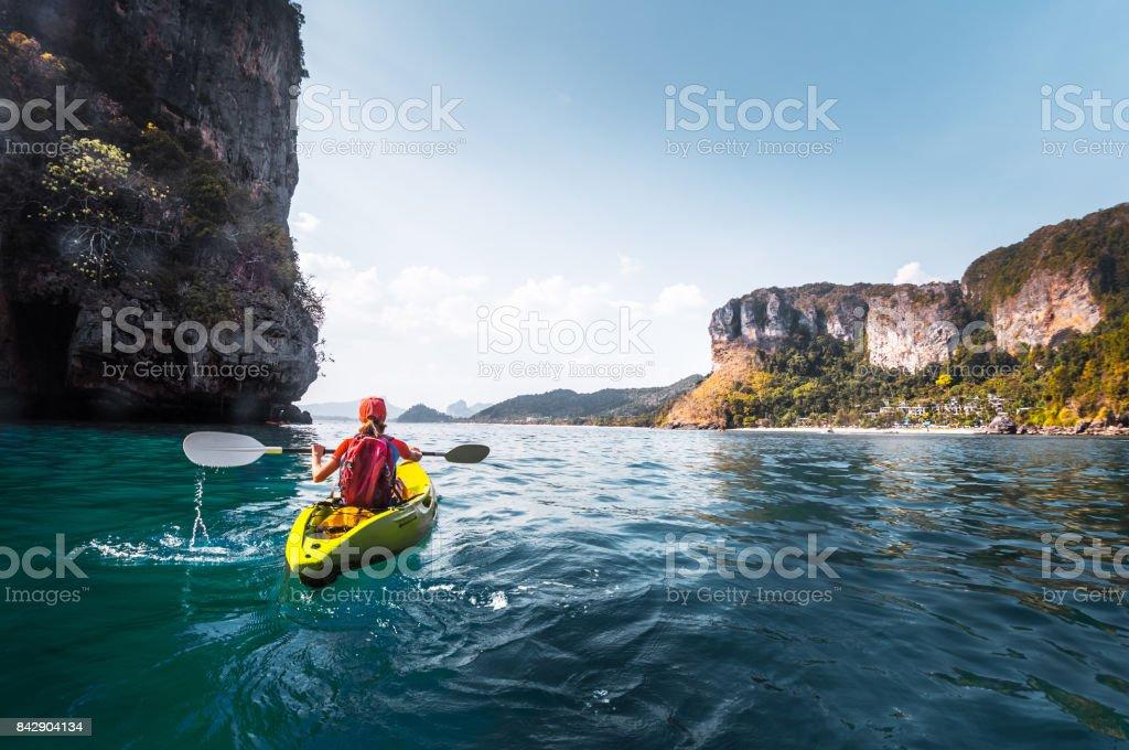 Mujer palas kayak - foto de stock