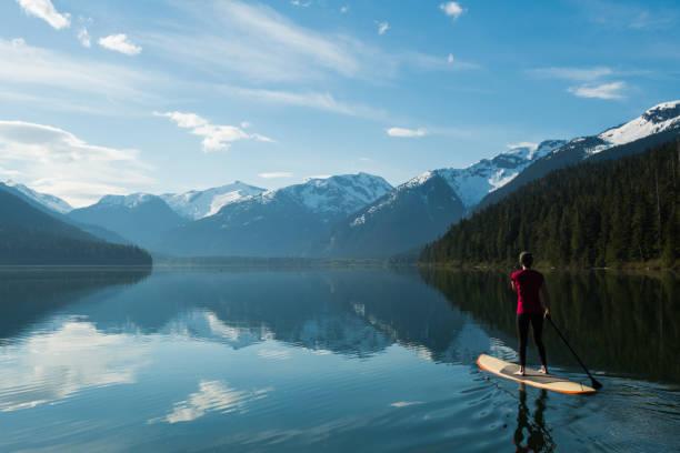 Frau auf einem atemberaubenden Bergsee Paddeln – Foto