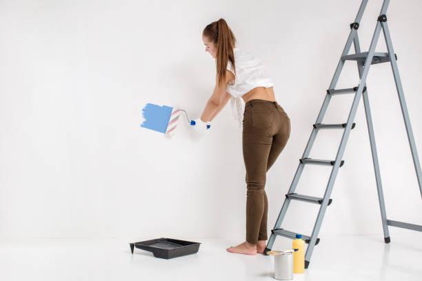 Frau eine Wandbemalung im Haus – Foto