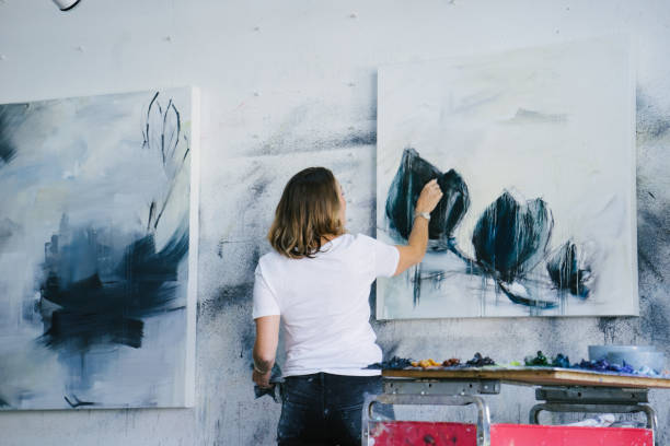 frau-leinwand im atelier - künstler stock-fotos und bilder