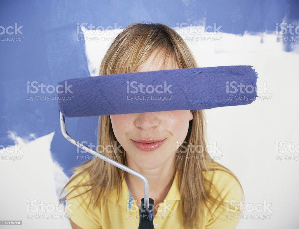 Mulher Pintando a Casa foto de stock royalty-free