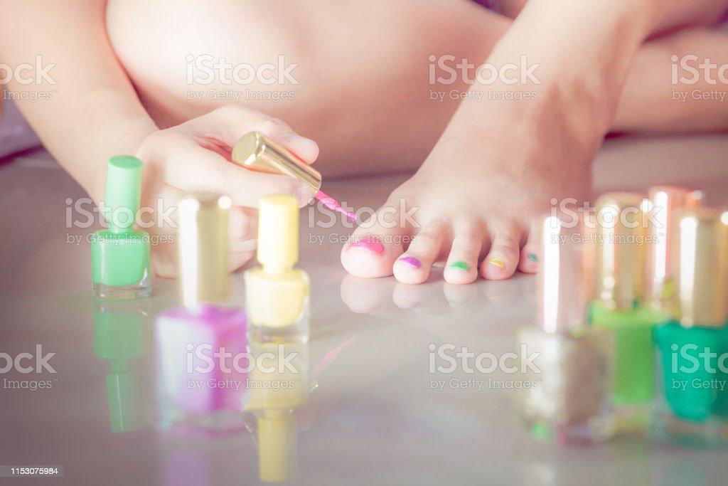 Mujer Pintura Uñas De Los Pies Propia Con Manicura