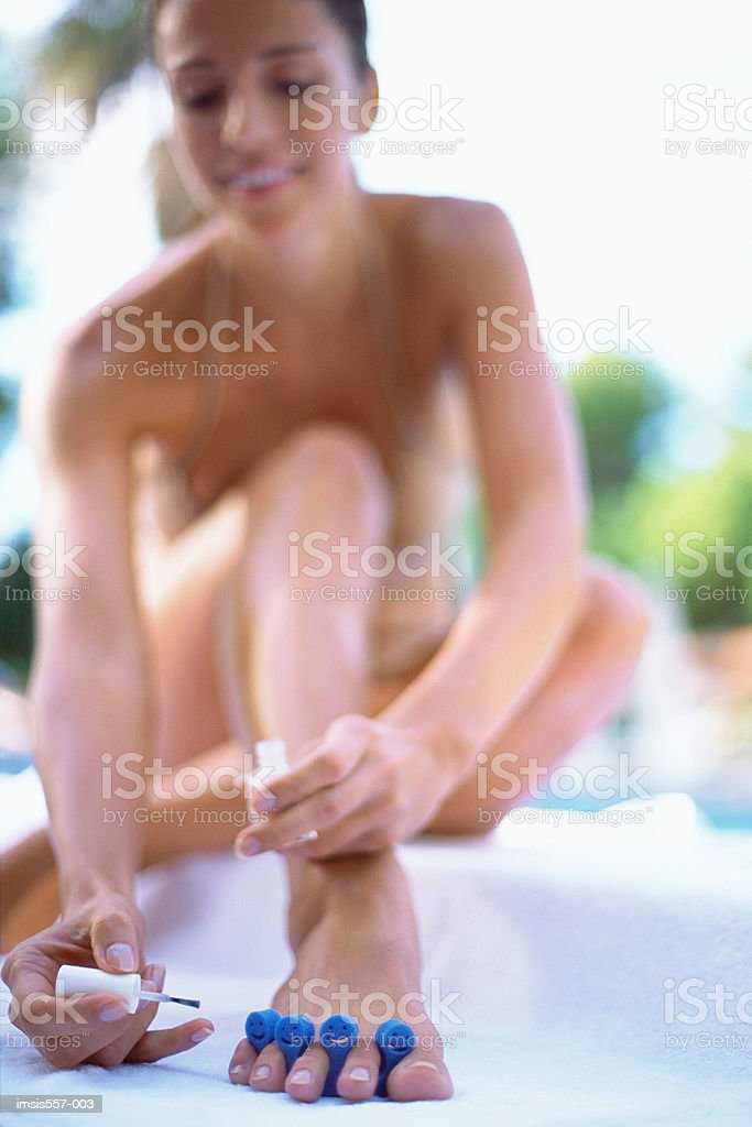Woman painting toenails foto royalty-free