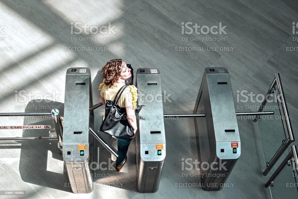 Mujer pasando por la garita de control de seguridad - Foto de stock de Adulto libre de derechos