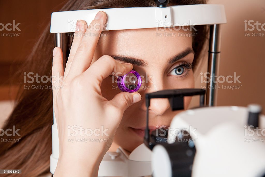 woman patient during an eye examination at the eye clinic – Foto