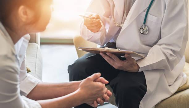 patientin mit arzt oder psychiater beratung und diagnostische untersuchung auf geburtshilfe - gynäkologische erkrankung, oder psychische gesundheit in medizinischen kliniken oder krankenhaus gesundheitsdienstzentrum - symptome brustkrebs stock-fotos und bilder