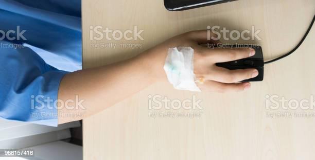 Пациентки На Кровати Имеют Инъекционный Солевой Раствор И Работают Во Время Работы В Больнице — стоковые фотографии и другие картинки Болезнь