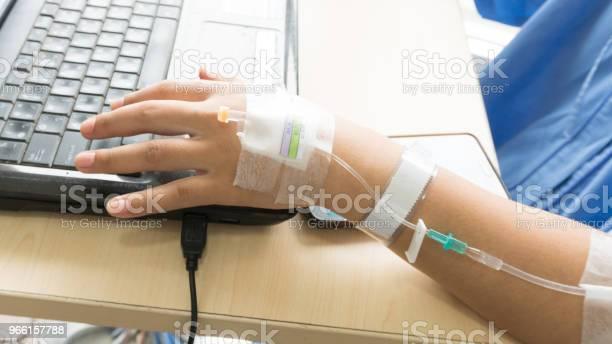 Kvinna Patienter På Sängen Har Injektion Saltlösning Och Arbeta Under I Sjukhus-foton och fler bilder på Använda en dator